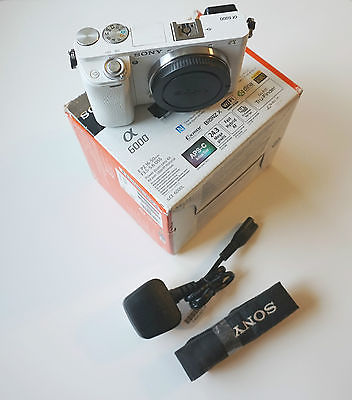 Sony Alpha ILCE-6000 24,3 MP Digitalkamera - weiß Gehäuse Body