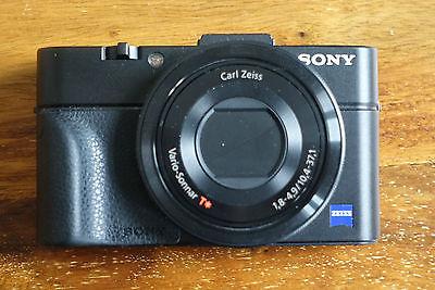 SONY DSC-RX100M2 Mark II 20.2 MP Digitalkamera - schwarz mit AG-R2 Griff in OVP
