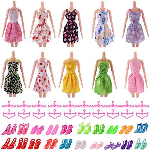 10 Kleider 20 Rosa Bügel 20 Paar Schuhe und Stiefel gemischt für Barbies Dolls Ken Puppen (50 Stück)