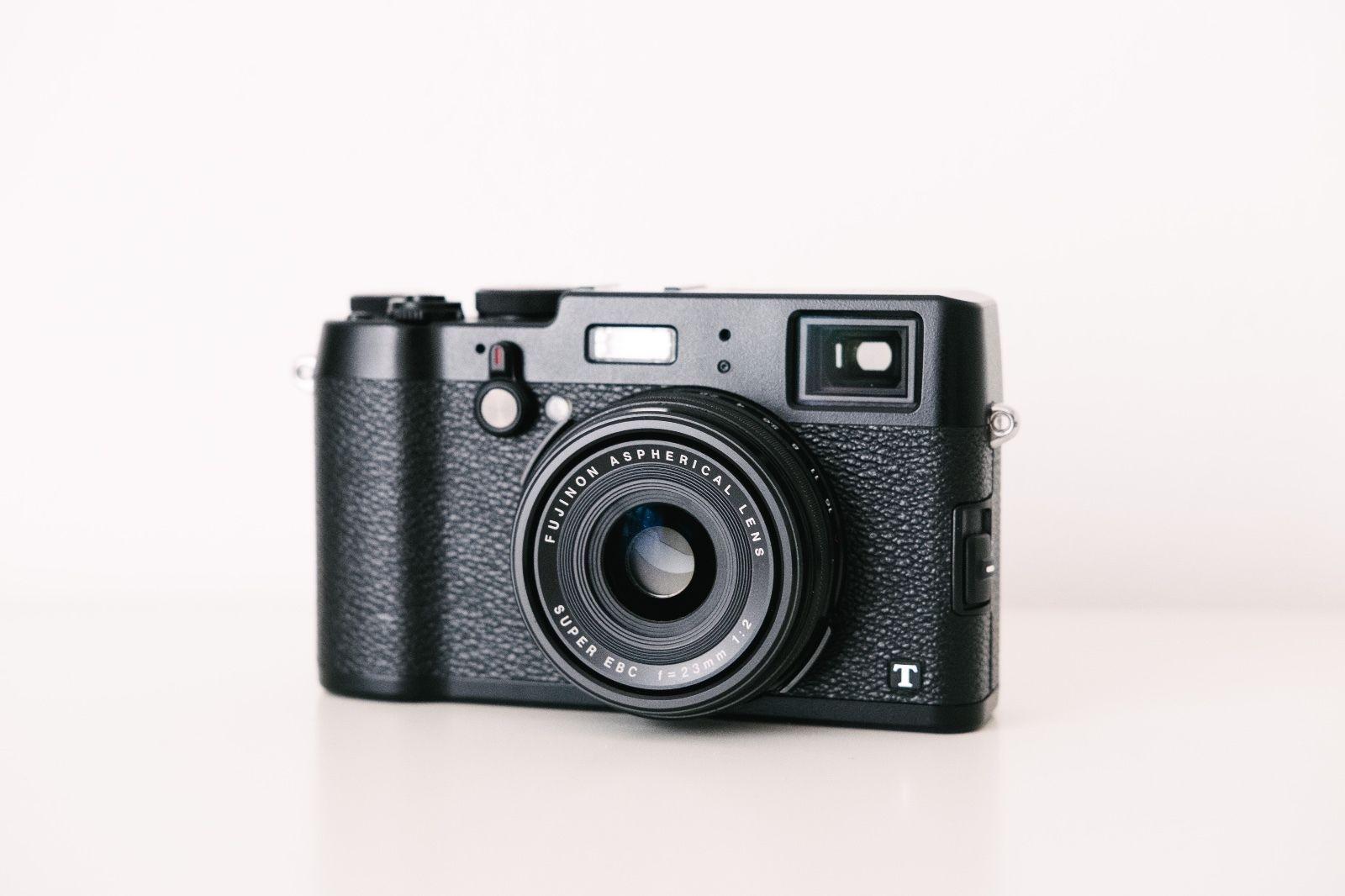 Fujifilm X100T in schwarz, 16MPx X-Trans II Sensor, 35mm f2 Objektiv (analog KB)