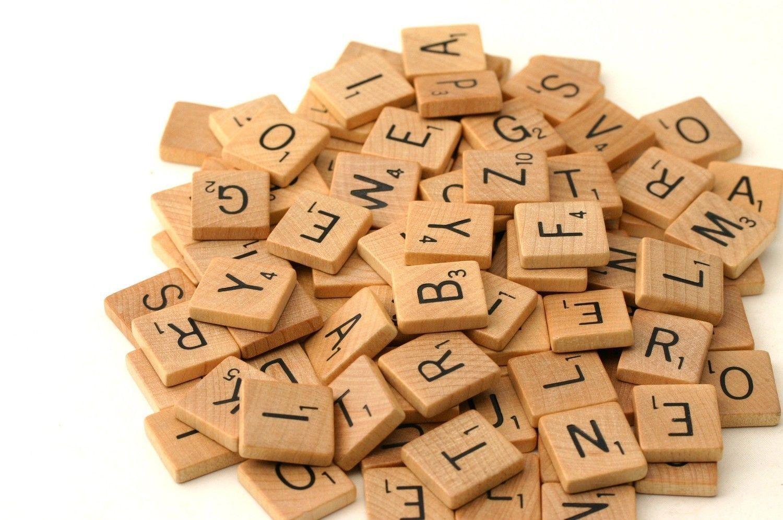 100 Stk Scrabble Spielsteine Holz Schwarze Steine Buchstaben Alphabet Brettspiel