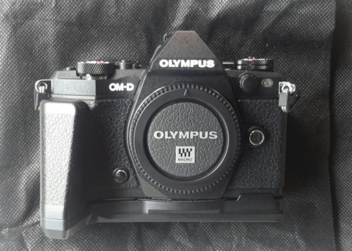 Olympus D OM-D E-M5 Mark II 16.0MP Digitalkamera - Schwarz mit Griff