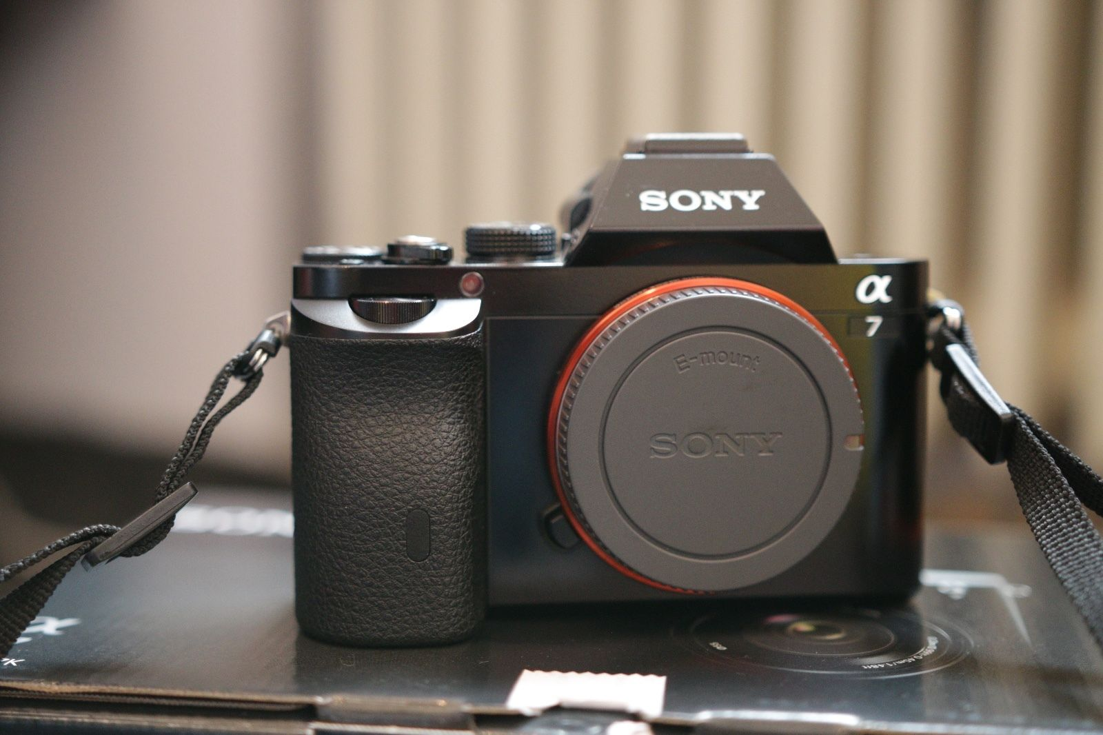Sony Alpha ILCE-7 24.3 MP SLR-Digitalkamera -Schwarz + Batteriegriff