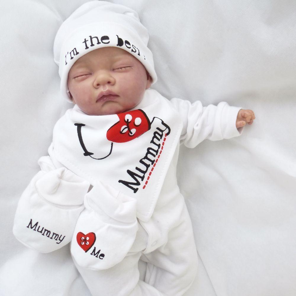 NEU   Baby Geschenk Set Mütze, Halstuch, Schuhe weiß I Love Mummy Newborn 50 56