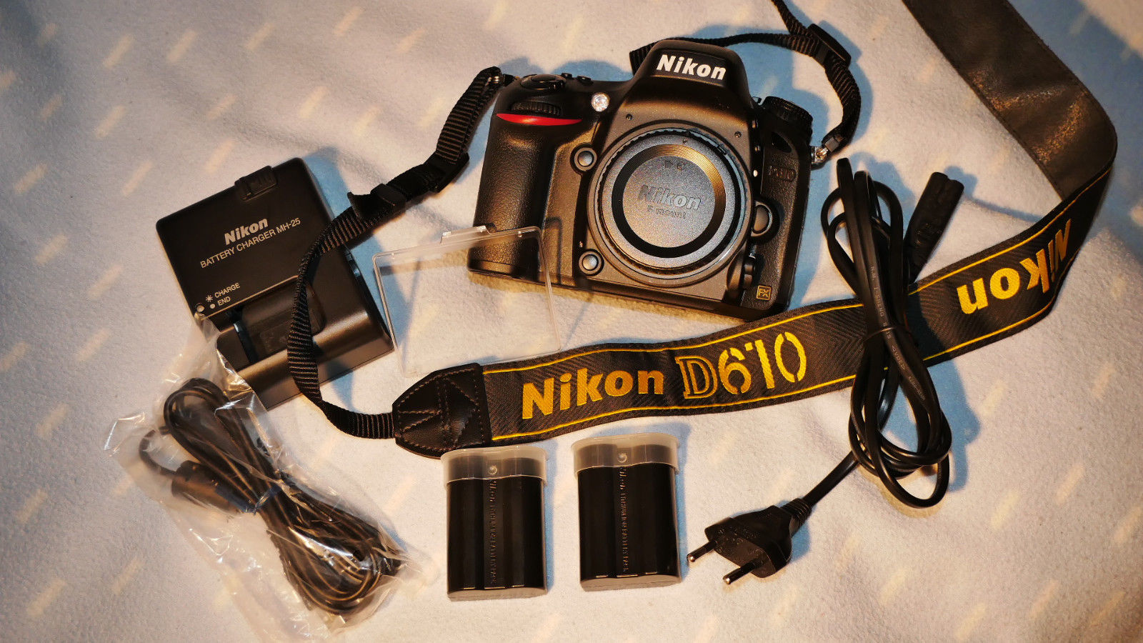 Nikon D-SLR Kamera D610 FX-Format nur wenige Auslösungen inkl. Zubehörpaket