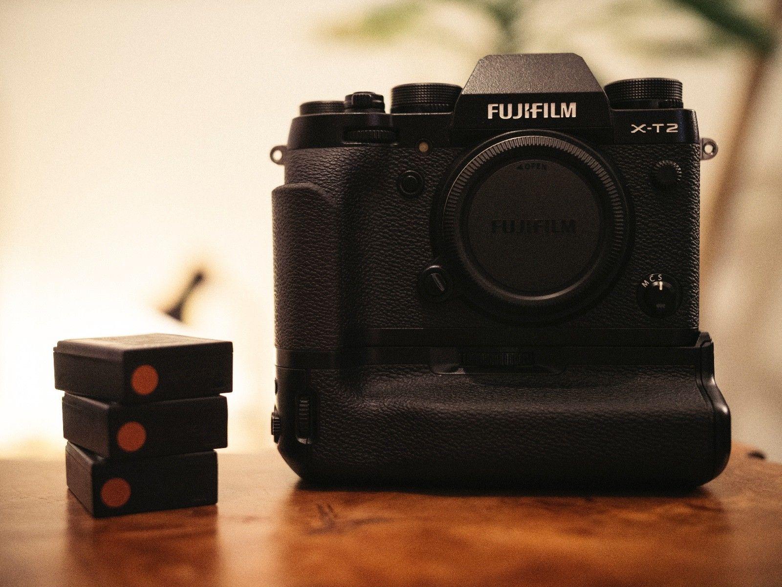 Fujifilm X-T2 in schwarz mit VPB-XT2 Batteriegriff / Power Booster