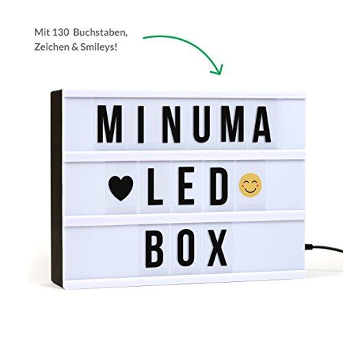 Minuma® LED Kino-Lichtbox | Lightbox in A4-Größe mit 130 schwarzen Buchstaben, Zahlen und Emojis | Betrieb der Deko-Leuchte über USB-Kabel | Der Cinema-Leuchtkasten läuft auch im Batteriebetrieb | Die Lampe hat Energieklasse A+